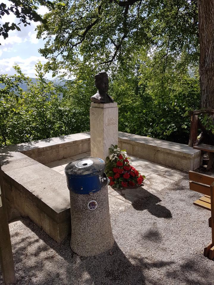Spomenik Ivanu Cankarju ob gostilni na Rožniku