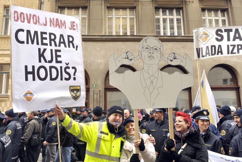 štrajk policjav s transparentom ki vse pove