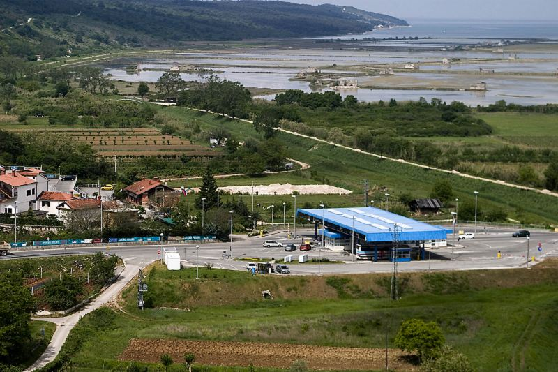 na črno zgrajen mejni prehod pri Sečovljah na hrvaški strani