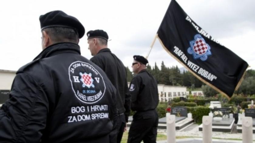 predstavniki hrvaške vosjka HOS z napisom Za dom spremni