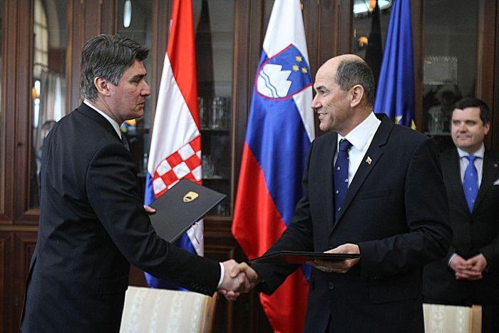 Zoran Milanović in Janez Janša v Mokricah marca 2013 podpis memuraduma