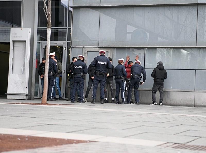 Do kršiteljev ne bo milosti – avstrijski policisti že vedo, kako se je treba stvari lotiti