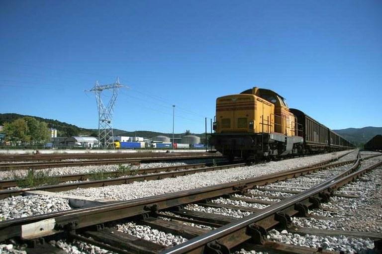 železniški tiri in vlak/arhivska fotografija
