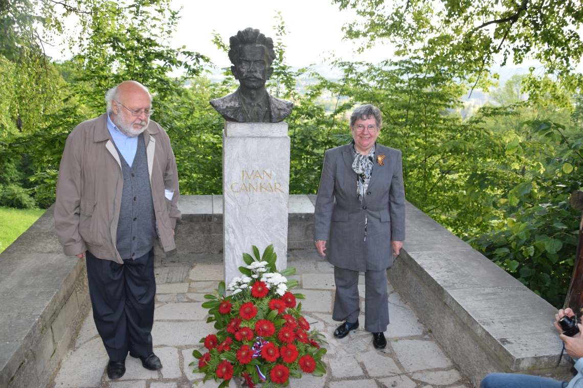 Poklon ob rojstnem dnevu Ivanu Cankarja leta 2016 ob njegovem spomeniku na Rožniku