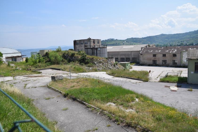 Pogled nekdanjo tovarno konzerv Delamaris v Izoli - po propadu in prodaji