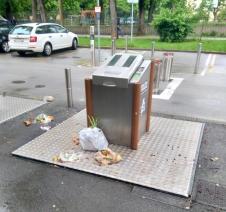 podzemni smetnjak s smetmi na vrhu