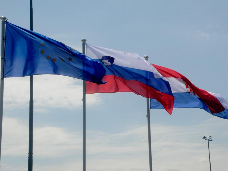 Zastave EU, Slovenije in Hrvaške na slovenskem mejnem prehodu