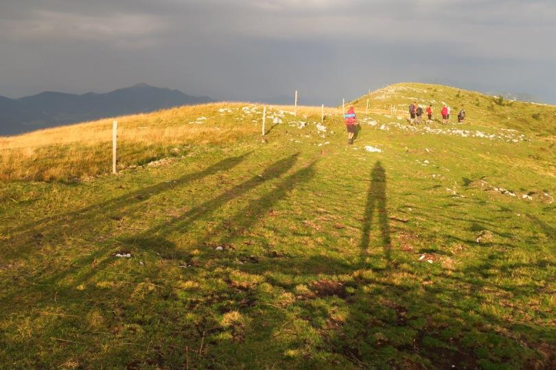 Če nas nevihta ujame v gorah, čim prej sestopimo z grebenov in izpostavljenih vrhov (foto Manca Čujež)