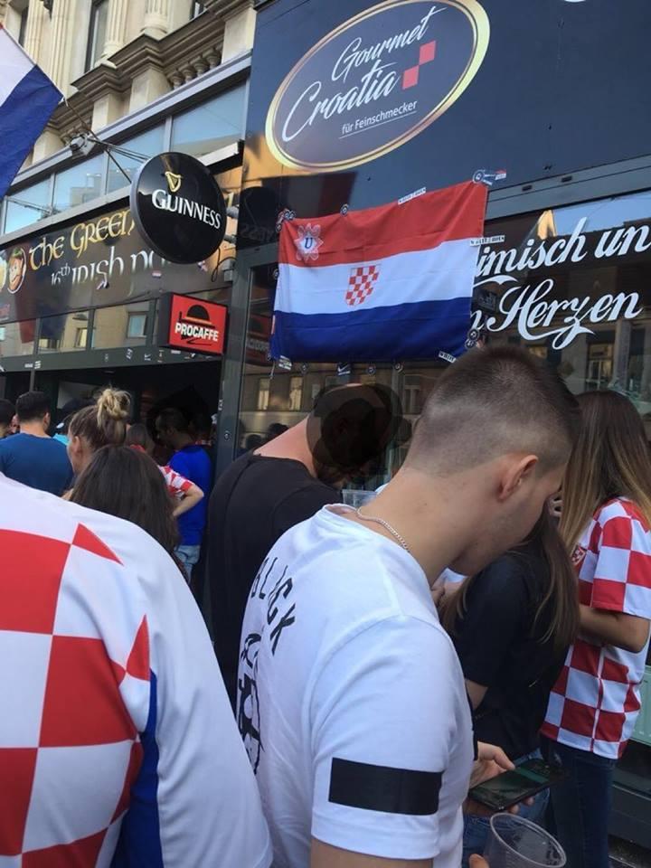 fotografija posneta na Dunaju ob proslavi hrvaški navijačev ki si tam služijo kruh z razobešeno ustaško zastavo