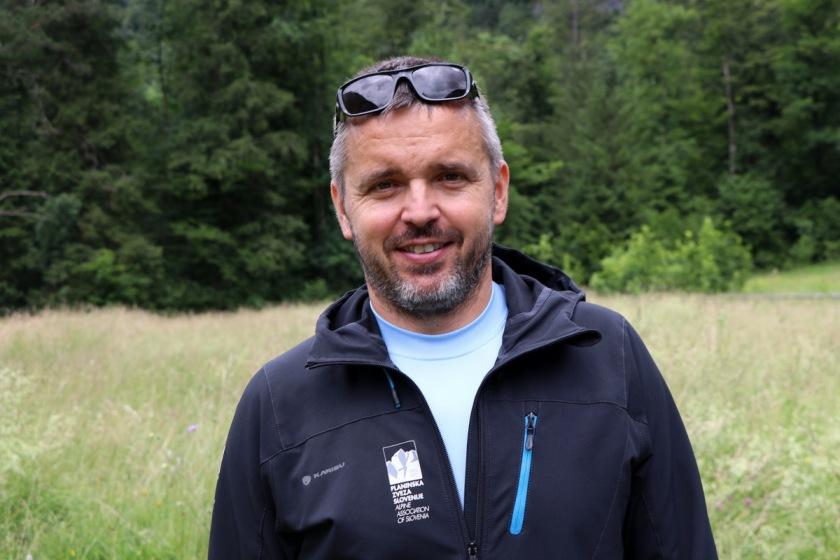 V vsak planinski nahrbtnik sodita tiskani zemljevid in kompas, poudarja generalni sekretar PZS in inštruktor planinske vzgoje Matej Planko (foto Manca Čujež)