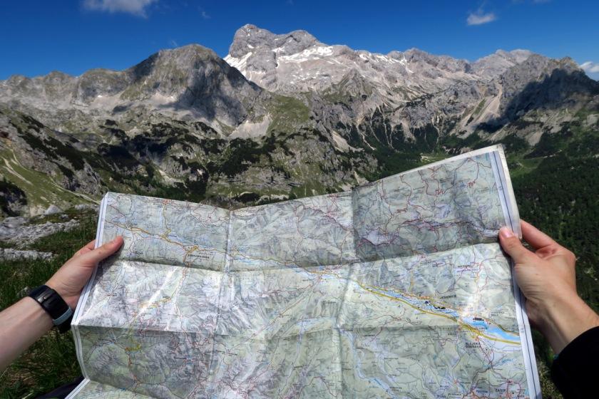Zemljevid in vodnik sta dobrodošla ne le za načrtovanje poti, ampak tudi, če se v gorah izgubimo (foto Manca Čujež)