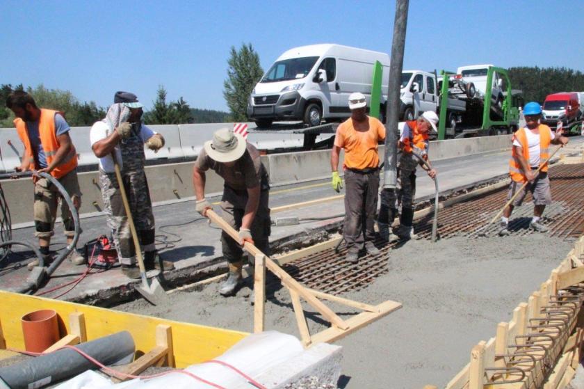 Gradbeniki pri delu