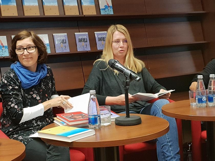 Tiskovna konferenca založbe Mladinska knjiga, z leve na desno Alenka Veler, urednica zbirke Odisej in Ana Barič Moder, ki je prevedla knjigo Zavetje vode, avtorice Sarah Crossan/Ljubljanske novice