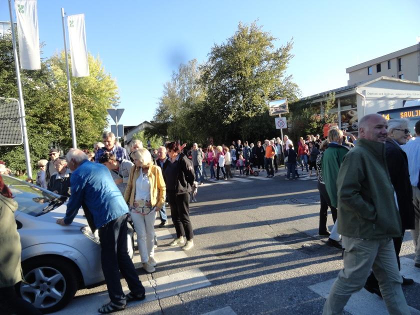 V znak protesta so Rožnodolci za kratek čas zaprli cesto na Brdo.