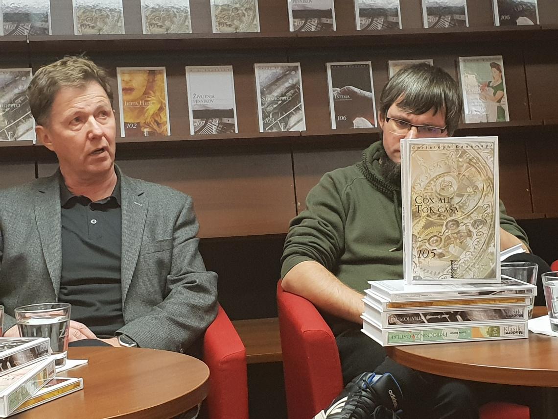Štefan Vevar, na levi, je prevedel in s spremno besedo opremil knjigo Cox ali tok časa, avtorja Christopha Ransmayrja