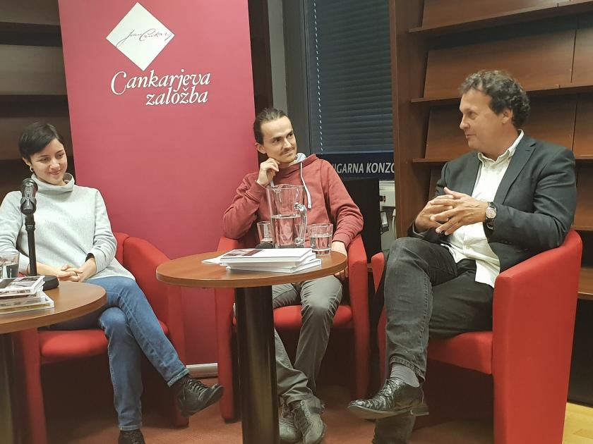 Na predstavitvi zbirke Moderni klasiki, z leve na desno Pia Prezelj, Andrej Pleterski in urednik CZ Andrej Blatnik