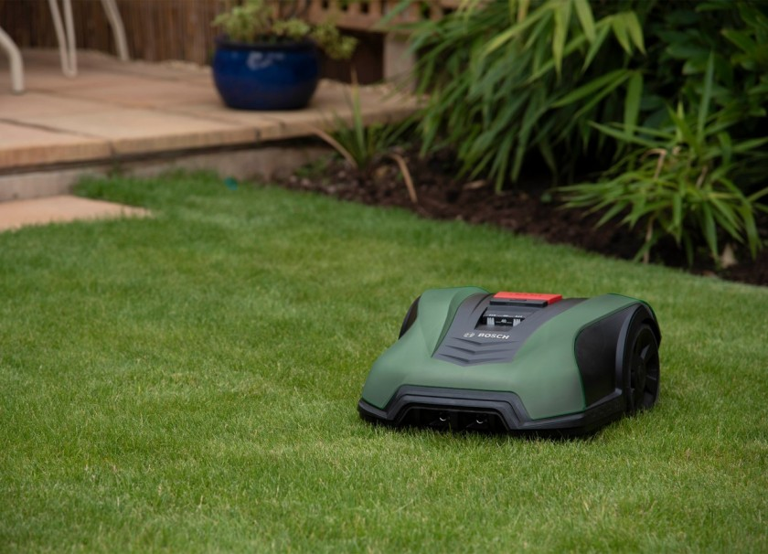 Pametna pomoč: pomočniki doma in na vrtu s samoučenjem lajšajo življenje