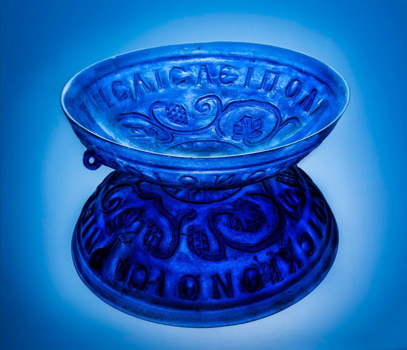 Posoda iz prosojnega modrega stekla z reliefnim okrasom/Foto: Arne Hodalič
