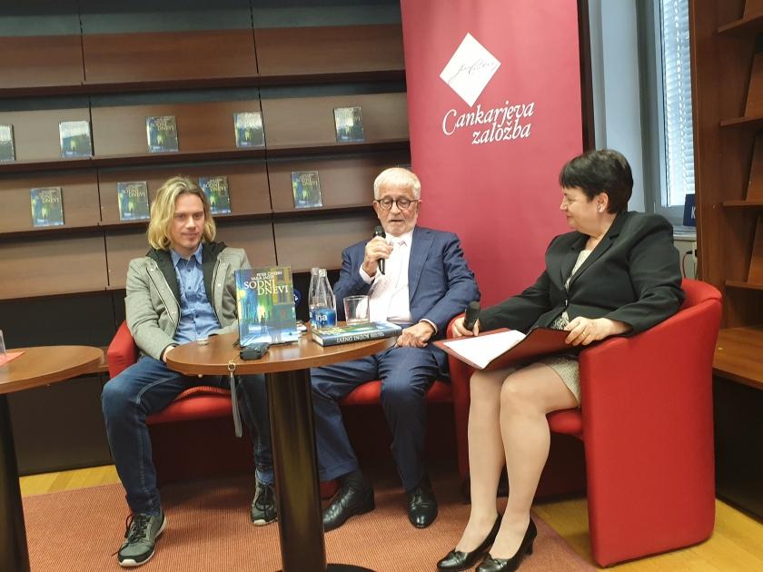 Na predstavitvi knjige Sodni dnevi, avtorja z leve na desno, novinar Vasja Jager in odvetnik Dr. Peter Čeferin ter voditeljica, novinarka Vida Petrovčič