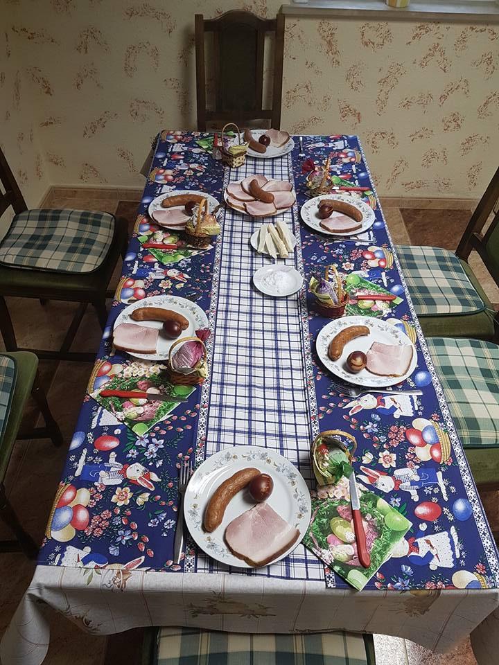 Pogrnjena Velikonočna miza velikonočnimi jedmi