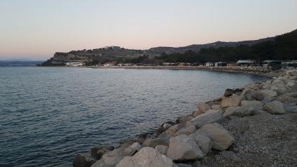 Področje kampa Jadranka Izola - oviran dostop do obobalja, ki je ograjeno z žično ograjo