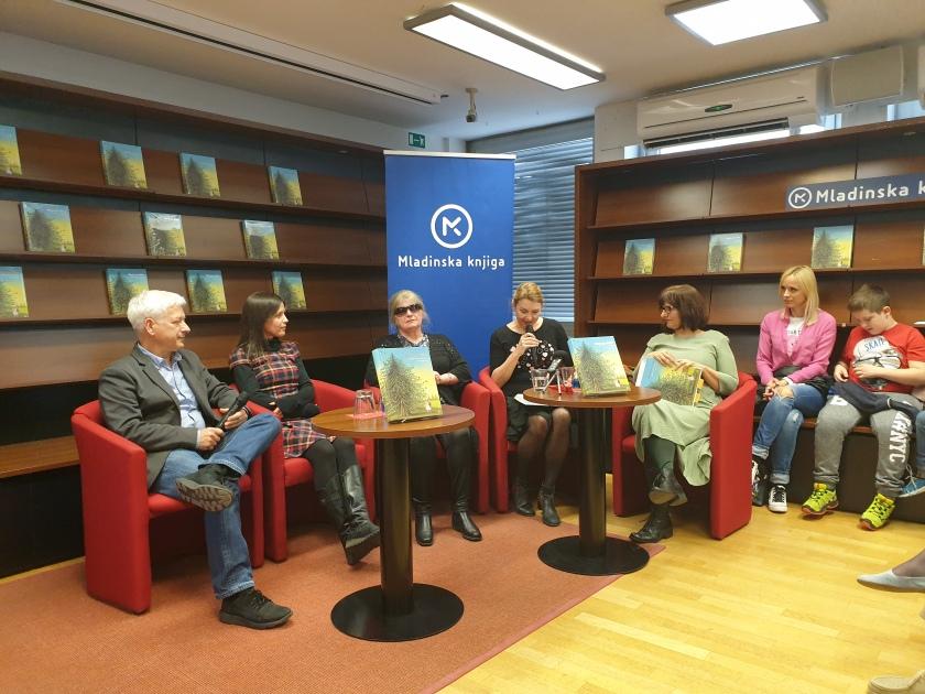 Na konferenci so govorili (z leve proti desni): likovni urednik Pavle Učakar, oblikovalka Sanja Janša, slavljenka-ilustratorka Jelka Reichman, hči slavljenke igralka Darja Reichman ter urednica Irena Matko Lukan