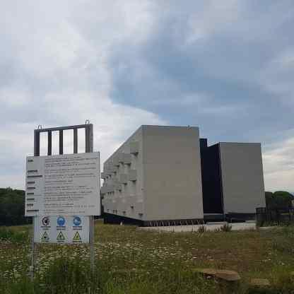 Univerzitetni kampus Livade v Izoli leta 2019 - Nedelujoč in neuporaben za namen za katerega je bil grajen po projektu Dekleva Gregorič arhitekti, projektiranje d.o.o. Spletna stran: http://dekleva-gregoric.si/university-campus-livade/