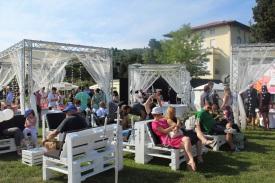 Rožni vrt se bo konec tedna prelevil v eleganten vrtnični lounge, kjer bo poskrbljeno za sproščeno vzdušje v družbi odličnih vin. (Foto: Alenka Slavinec)