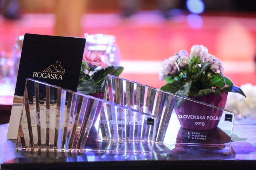 Festivalski kristalni nagradi, ki sta ju prejela zmagovalna ansambla. Foto: Žiga Culiberg