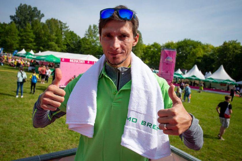 Robert Kranjec je prišel spodbujati tekačice kar z brisačo – obvezno opremo ob dnevu brisače.